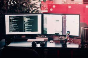 Ordinateurs de développeur sur un bureau