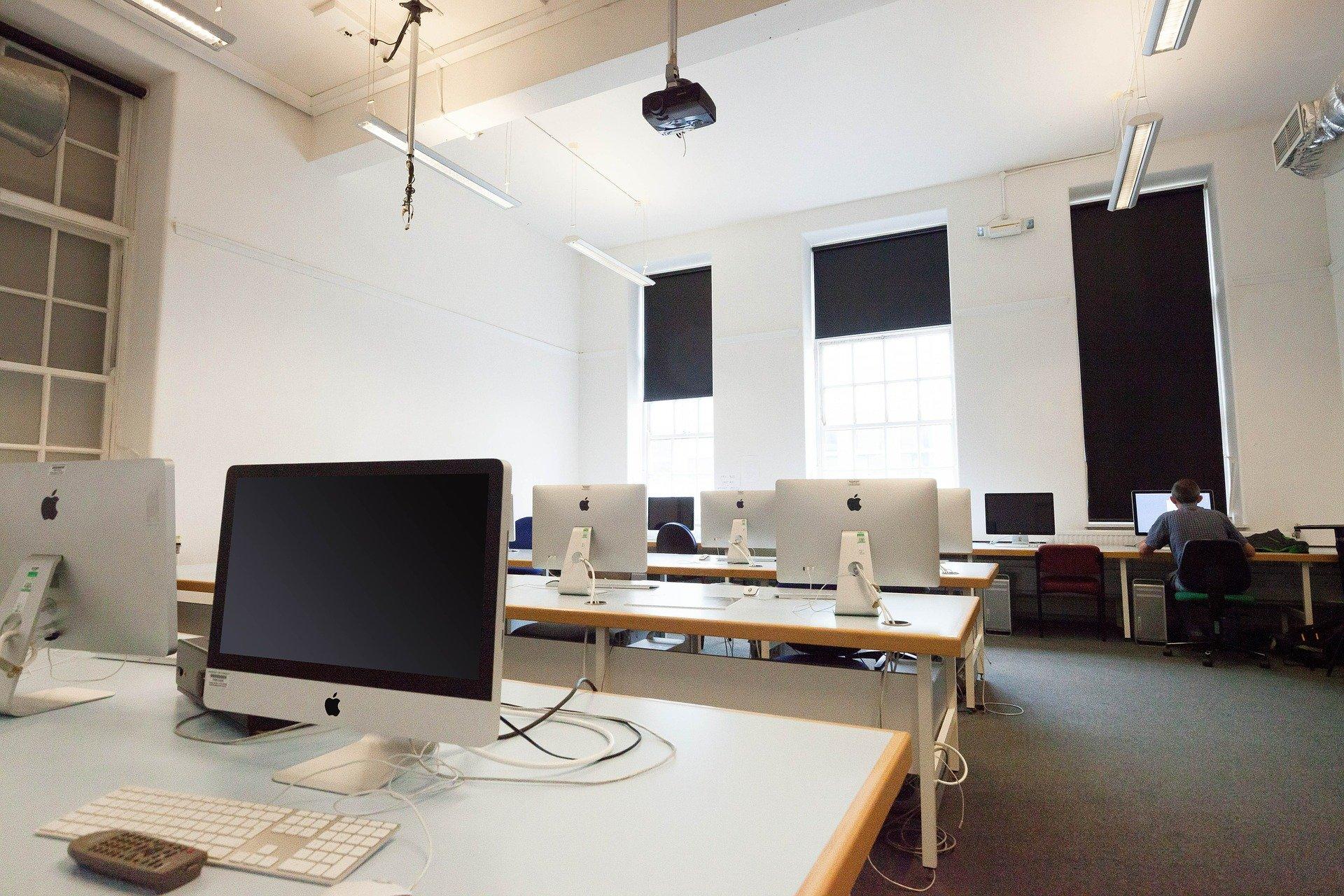 Bureau d'entreprise illustrant le service informatique